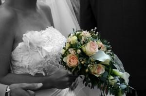 Der Blumenstrauß wird, von der Braut, nach der Hochzeit zum dank an die Gäste überreicht